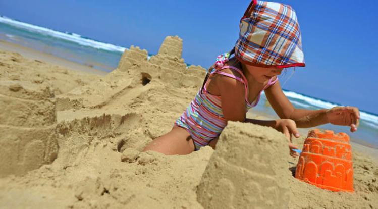 Ninos-jugando-en-la-playa-costa-atlantica-Poitou-Charentes-Francia_visionneuse_cat