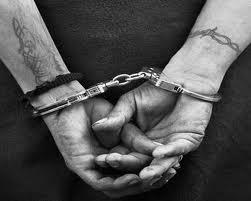 esposado delincuente
